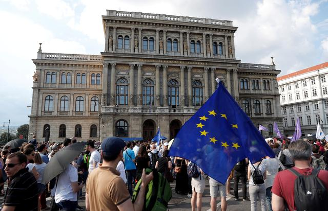FILE PHOTO: People protest outside the Hungarian Academy of Sciences against government's plans to overhaul the institution in Budapest, Hungary, June 2, 2019. REUTERS/Bernadett Szabo -/File Photo