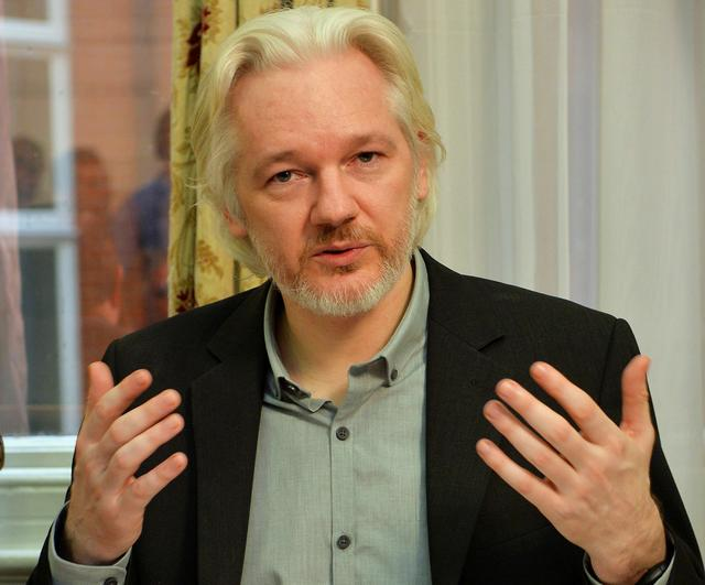 FILE PHOTO: WikiLeaks founder Julian Assange gestures during a news conference at the Ecuadorian embassy in central London August 18, 2014. REUTERS/John Stillwell/File Photo