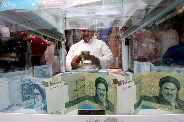 FILE PHOTO: A man counts Iranian rials at a currency exchange shop, before the start of the U.S. sanctions on Tehran, in Basra, Iraq November 3, 2018. REUTERS/Essam al-Sudani/File Photo
