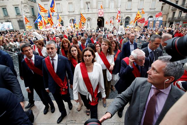 Barcelona's new Mayor Ada Colau walks next to Jaume Collboni, Ernest Maragall and Manuel Valls after her swearing-in ceremony, at Sant Jaume square in Barcelona, Spain, June 15, 2019. REUTERS/Albert Gea