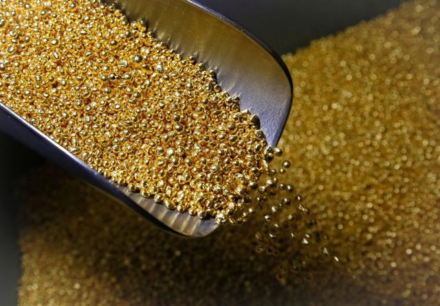 Foto de archivo. Oro granulado en la planta de metales no ferrosos, Kratsvetmet, en Krasnoyarsk, Rusia. 22 de noviembre de 2018.  REUTERS/Ilya Naymushin.