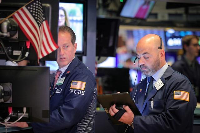 Foto de archivo. Operadores trabajan en el piso de la bolsa de valores de Nueva York, EEUU. 17 de junio de 2019. REUTERS/Brendan McDermid.