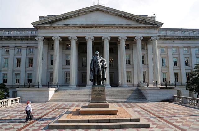 Un hombre camina desde el Departamento del Tesoro de EEUU, Washington, EEUU, 6 agosto 2018. REUTERS/Brian Snyder/Imagen de archivo