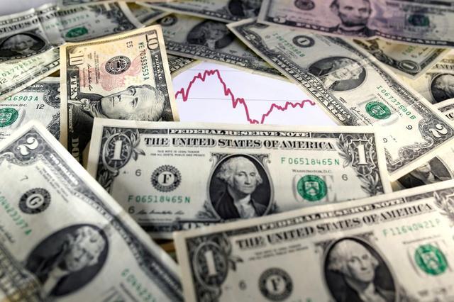 Ilustración de archivo en la que se ven billetes de dólar sobre un gráfico bursátil el 7 de noviembre de 2016. REUTERS/Dado Ruvic/Illustration/File Photo