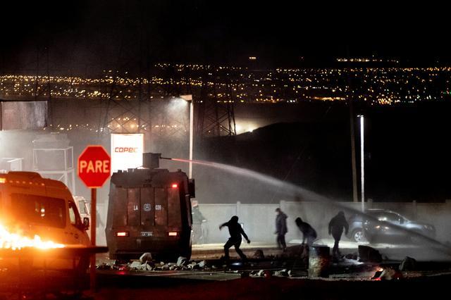 Manifestantes chocan con la policía durante una protesta de trabajadores en huelga de la mina de cobre Chuquicamata en las afueras de Calama, Chile. Junio 18, 2019. REUTERS/John Yeneves