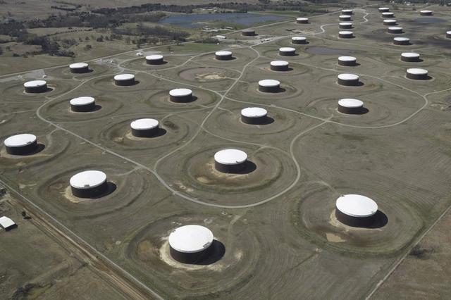 Foto de archivo de tanques de almacenamiento de petróleo en Cushing, Oklahoma. Mar 24, 2016.   REUTERS/Nick Oxford