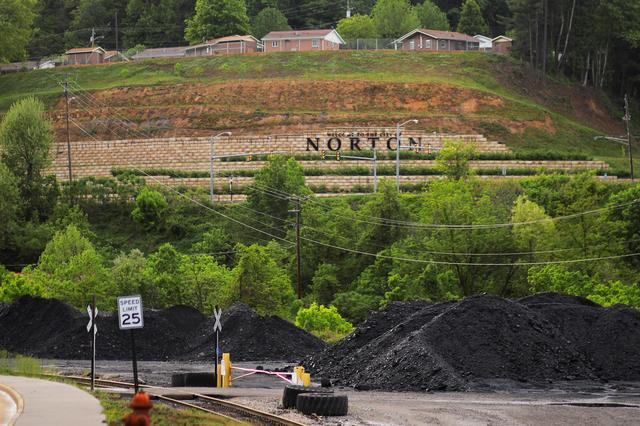 FILE PHOTO: Homes built on a former surface strip coal mine sit above piles of coal in Norton, Virginia, U.S., May 18, 2018.   Picture taken May 18, 2018.   REUTERS/Brian Snyder