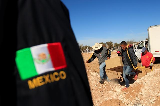 Imagen de archivo de trabajadores forenses cargando un ataúd antes de enterrar cuerpos no reclamados en una fosa común en el cementerio de San Rafael, en Ciudad Juárez, México, Noviembre 28, 2018. REUTERS/José Luis González
