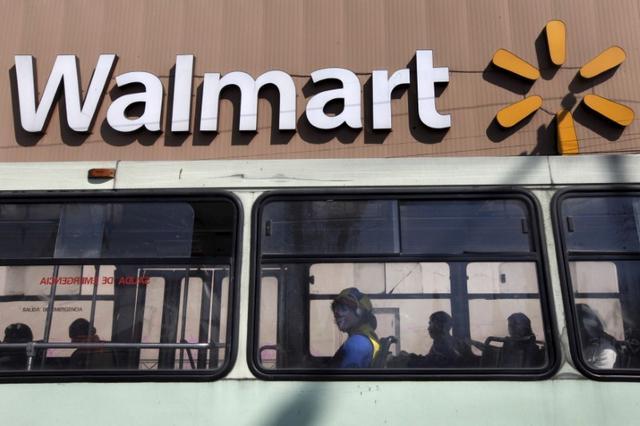 Foto de archivo de un bus pasando por delante de un Wal-Mart en la Ciudad de México.  Ene 11, 2013.  REUTERS/Edgard Garrido