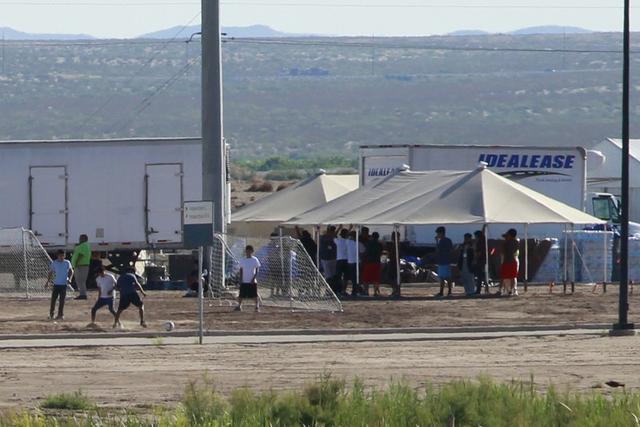 Imagen de archivo referencial de niños inmigrantes detenidos jugando fútbol en un campamento visto a través de una valla fronteriza cerca del puerto de ingreso de la Oficina de Aduanas y Protección Fronteriza de Estados Unidos en Tornillo, Texas, Estados Unidos. 18 de junio, 2018. REUTERS/Jose Luis Gonzalez