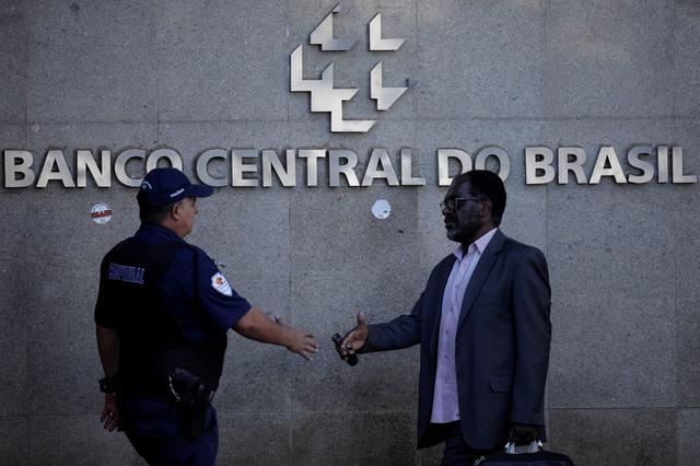 Foto de archivo. Personas caminan fuera de la sede del Banco Central de Brasil en Brasilia. 6 de septiembre de 2017. REUTERS/Ueslei Marcelino.