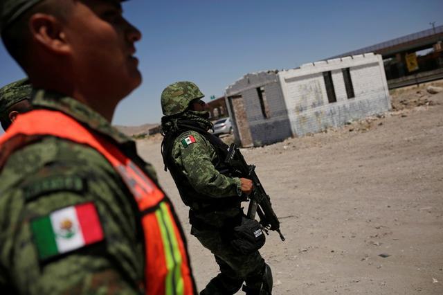 Foto de archivo. Miembros de la Guardia Nacional mexicana patrullan la frontera entre México y Estados Unidos, como parte de un operativo para prevenir que migrantes crucen ilegalmente hacia territorio estadounidense, en Ciudad Juárez, México. 24 de junio de 2019. REUTERS/Jose Luis Gonzalez