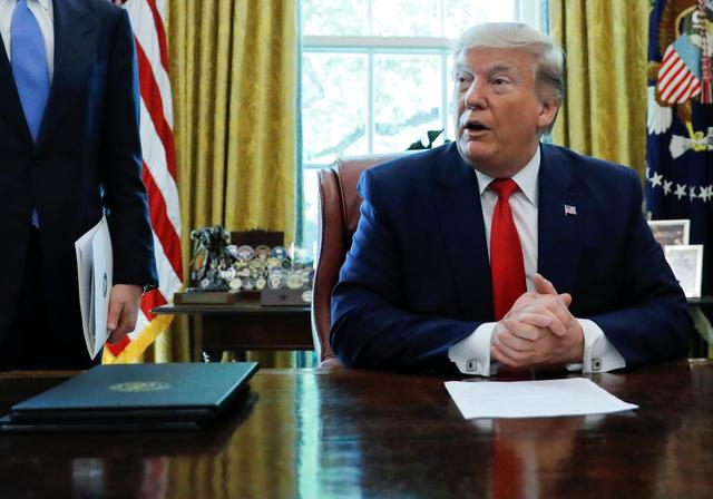 U.S.  President Donald Trump talks about the United States imposing fresh sanctions on Iran before signing an executive order in the Oval Office of the White House in Washington, U.S., June 24, 2019. REUTERS/Carlos Barria