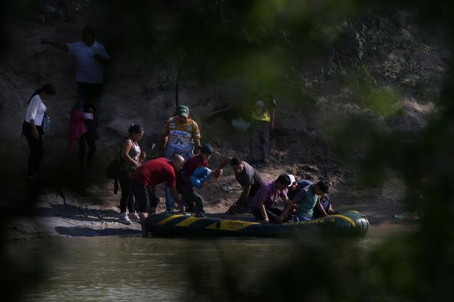 Suspected smugglers load men, women and children into a raft on the Mexican side of the Rio Grande just before illegally crossing the Mexico-U.S. border near McAllen, Texas, U.S., May 9, 2018.  REUTERS/Loren Elliott     TPX IMAGES OF THE DAY