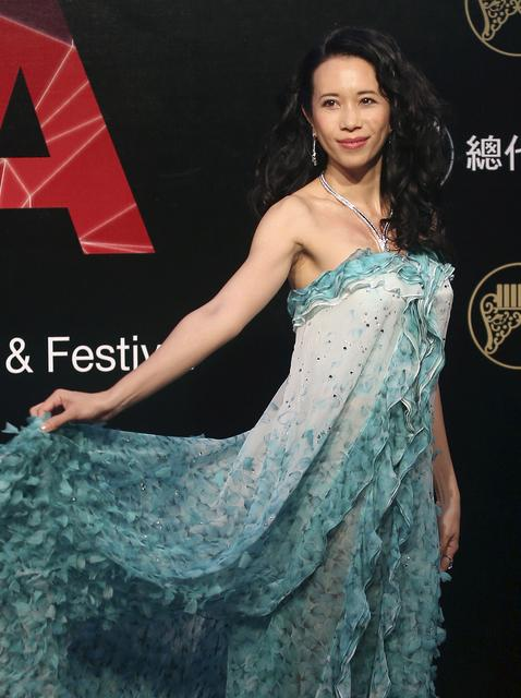 FILE PHOTO: Hong Kong singer Karen Mok poses on the red carpet as she arrives for the 26th Golden Melody Awards in Taipei, Taiwan, June 27, 2015. REUTERS/Toby Chang/File Photo