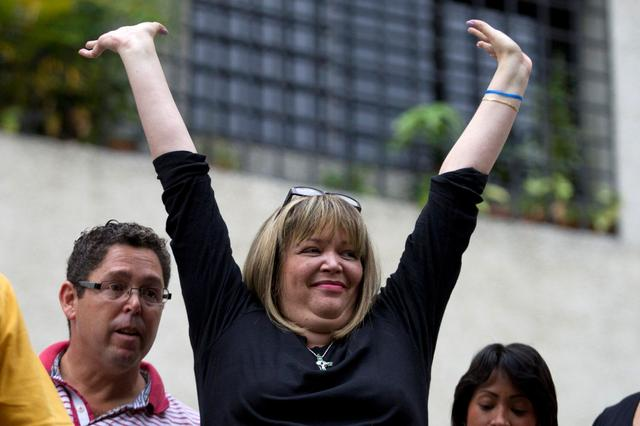 FILE PHOTO: Judge Maria Lourdes Afiuni waves to supporters outside her house in Caracas June 14, 2013. REUTERS/Carlos Garcia Rawlins/File Photo