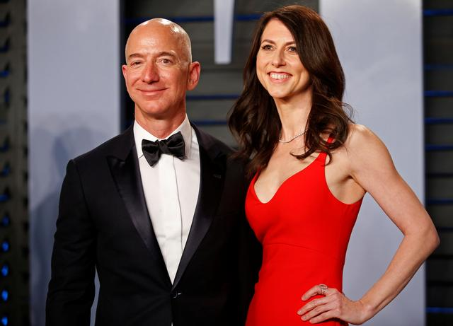 FILE PHOTO: 2018 Vanity Fair Oscar Party – Arrivals – Beverly Hills, California, U.S., 04/03/2018 –  Amazon CEO Jeff and wife MacKenzie Bezos. REUTERS/Danny Moloshok