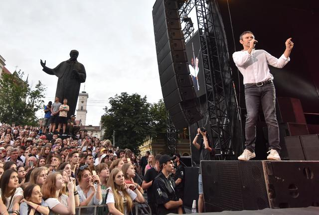 Sviatoslav Vakarchuk, Ukrainian musician and frontman of a popular rock band Okean Elzy and head of political party Voice, attends a pre-election rally and a concert in Lviv, Ukraine June 18, 2019. REUTERS/Pavlo Palamarchuk