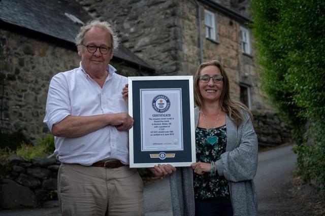 Foto de archivo de Gwyn Headley y Sarah Badham con el diploma que acredita a la calle Ffordd Pen Llech como la más empinada del mundo. Jul 10, 2019. GUINESS WORLD RECORDS/via REUTERS  ATENCIÓN EDITORES, ESTA IMAGEN FUE PROVISTA POR UNA TERCERCA PARTE, NO DISPONIBLE PARA REVENTA O ARCHIVOS