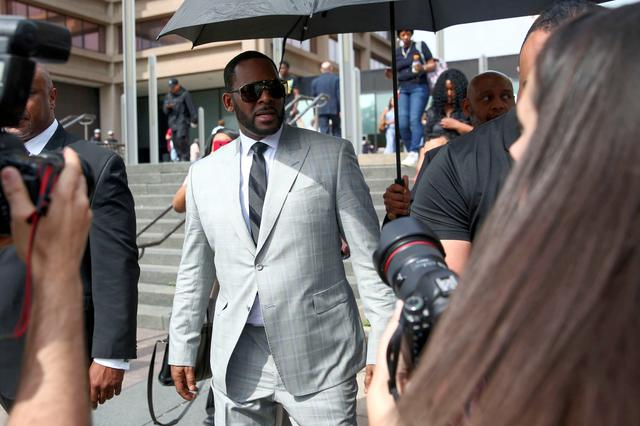 FILE PHOTO: R. Kelly leaves the Criminal Court Building after pleading not guilty during a hearing on eleven new counts of criminal sexual abuse, in Chicago, Illinois, U.S., June 6, 2019.  REUTERS/Daniel Acker