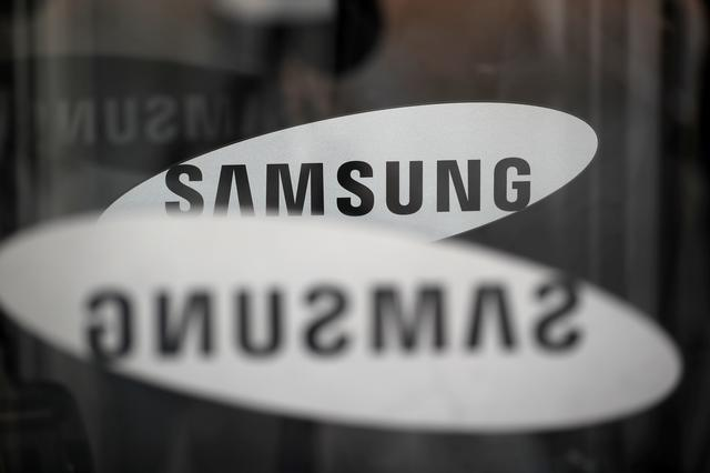 FILE PHOTO: The logo of Samsung Electronics is seen at its office building in Seoul, South Korea, March 23, 2018.   REUTERS/Kim Hong-Ji/File Photo