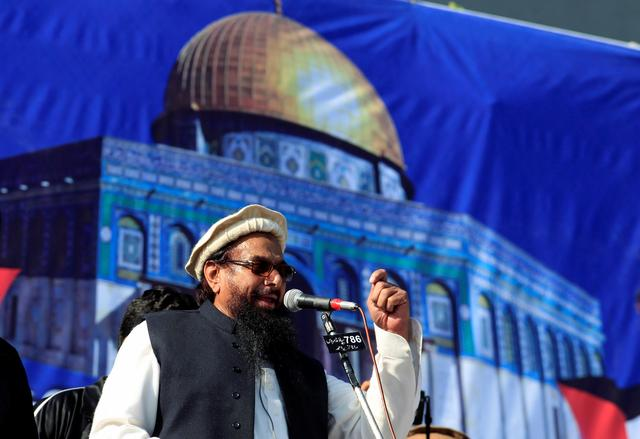 FILE PHOTO: Hafiz Muhammad Saeed (C), chief of the Islamic charity organisation Jamaat-ud-Dawa (JuD), speaks to supporters during a gathering to protest against Trump's decision to recognise Jerusalem as the capital of Israel, in Rawalpindi, Pakistan December 29, 2017. REUTERS/Faisal Mahmood/File Photo