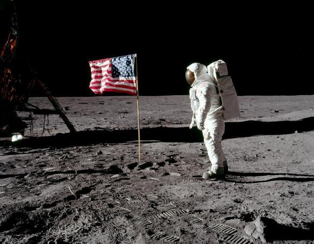 En la imagen, el astronauta Buzz Aldrin posa junto a la bandera estadounidense mientras pisa la superficie lunar el 20 de julio de 1969. Neil Armstrong/NASA/Handout via REUTERS   ATTENTION EDITORS - THIS IMAGE HAS BEEN SUPPLIED BY A THIRD PARTY