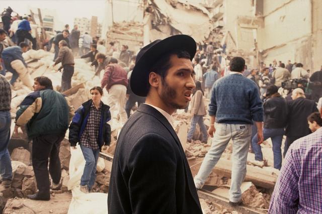 Personas en la Asociación Mutual Israelita Argentina (AMIA) luego de que un camión cargado de explosivos estallara en el edificio en Buenos aires, Argentina. 18 de julio de 1994. Imagen entregada por un tercero. Julio Menajovsky via REUTERS.