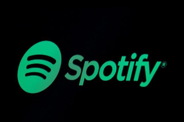 Foto de archivo. El logo de Spotify en una pantalla del piso de la bolsa de valores de Nueva York, EEUU. 3 de mayo de 2018. REUTERS/Brendan McDermid.