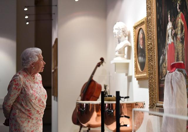 Foto de archivo. Reina Isabel II en una exhibición especial por el aniversario número 200 del cumpleaños de la reina Victoria en el Palacio de Buckingham, Londres, Reino Unido. 17 de julio de 2019. Victoria Jones/Pool via REUTERS.
