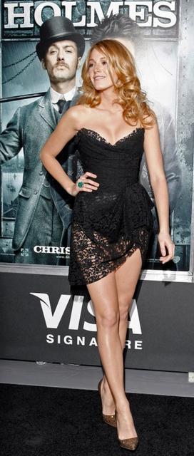 "Foto de archivo. La actriz  Blake Lively de ""Gossip Girl"" asiste a la premiere de ""Sherlock Holmes"" en Nueva York, diciembre 17 de  2009.  EUTERS/Finbarr O'Reilly   (UNITED STATES - Tags: ENTERTAINMENT)/File Photo"