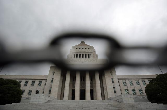 FILE PHOTO: Japan's parliament building is seen through a steel chain in Tokyo July 4, 2013. REUTERS/Yuya Shino/File Photo