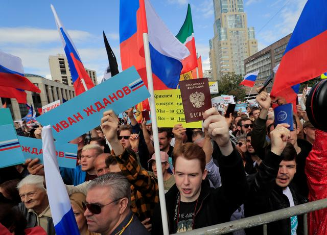 People take part in a rally in support of independent candidates for elections to Moscow City Duma, the capital's regional parliament, in Moscow, Russia July 20, 2019. REUTERS/Tatyana Makeyeva