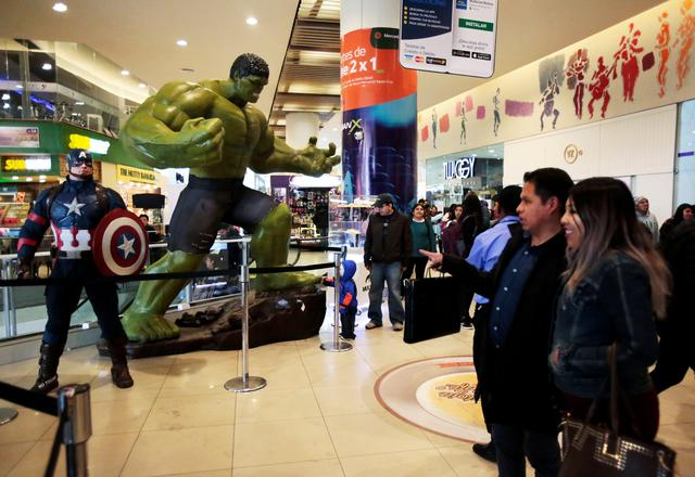 """FILE PHOTO: Fans watch Avengers figures before an early premiere of """"The Avengers: Endgame"""" movie in La Paz, Bolivia, April 24, 2019. REUTERS/David Mercado/File Photo"""