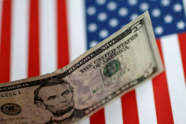 Foto de archivo. Ilustración de un billete de 5 dólares sobre una bandera estadounidense. 1 de junio de 2017. REUTERS/Thomas White.