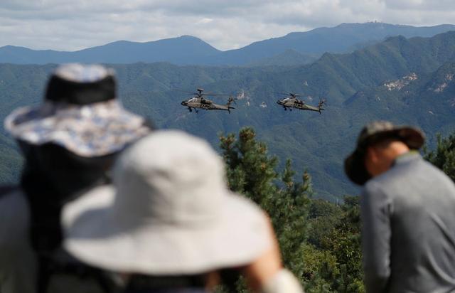Helicópteros Apache del ejército surcoreano durante una demostración de la Exposición de Defensa de Corea de 2018 cerca de la zona desmilitarizada que separa a las dos Coreas en Pocheon, Corea del Sur, el 11 de septiembre de 2018.   REUTERS/Kim Hong-Ji