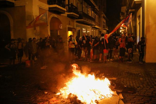 Demonstrators clash with the police during a protest calling for the resignation of Governor Ricardo Rossello in San Juan, Puerto Rico July 23, 2019. REUTERS/Marco Bello