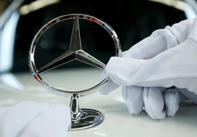 Imagen de archivo de un empleado de la automotriz alemana Mercedes Benz colocando la característica estrella de la marca en un S-Class en la planta de Sindelfingen, Alemania. 24 enero 2018. REUTERS/Ralph Orlowski