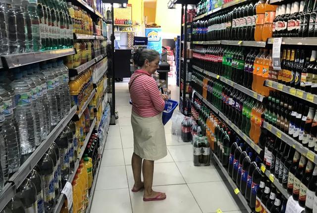 FOTO DE ARCHIVO. Una clienta observa los precios de las bebidas en un supermercado de Río de Janeiro. Mayo, 2019. REUTERS/Pilar Olivares