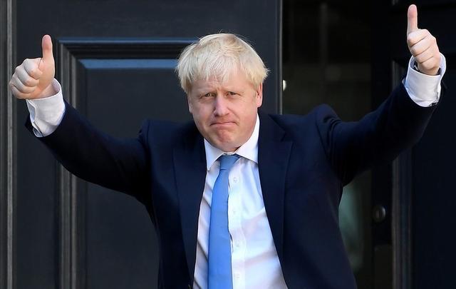 Boris Johnson saluda a su llegada a la sede del Partido Conservador en Londres. 23 de julio de 2019. REUTERS/Toby Melville