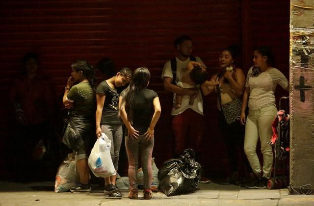 Foto de archivo. Migrantes centroamericanos descansan en la calle luego de volver a México desde EEUU en Ciudad de Juárez. 20 de julio de 2019. REUTERS/Jose Luis Gonzalez.