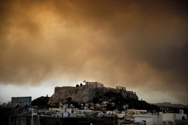 Humo de un incendio en las afueras de Atenas sobre el templo del Partenón, colina del Acrópolis, Atenas, Grecia, 23 julio 2018. REUTERS/Alkis Konstantinidis/Imagen de archivo
