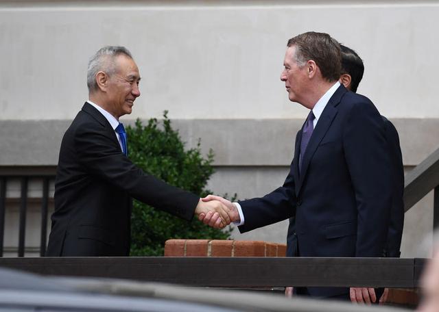 Foto de archivo. El viceprimer ministro chino, Liu He saluda al representante comercial de Estados Unidos, Robert Lighthizer, en Washington, EEUU. 10 de mayo de 2019. REUTERS/Clodagh Kilcoyne.