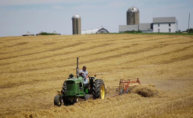 FILE PHOTO: A farmer harvests his field at his farm in Pecatonica, Illinois, U.S., July 25, 2018. REUTERS/Joshua Lott/File Photo