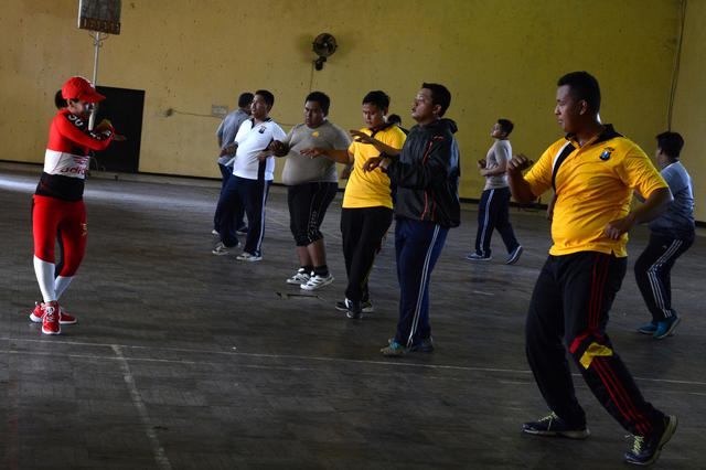 Indonesian police officers perform aerobics during a weight-loss programme in Mojokerto, East Java province, Indonesia, July 25, 2019.  REUTERS/Titik Kartitiani