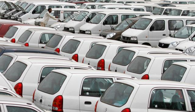 FILE PHOTO: A worker adjusts the windscreen wipers of a parked car at a Maruti Suzuki stockyard on the outskirts of the western Indian city of Ahmedabad September 1, 2011. REUTERS/Amit Dave/File Photo