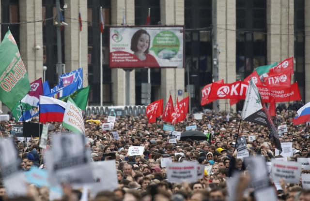 People attend a rally to demand authorities allow opposition candidates to run in the upcoming local election in Moscow, Russia August 10, 2019. REUTERS/Maxim Shemetov