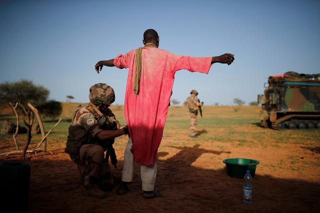 Un soldado francés del 2º Regimiento de Ingenieros Extranjeros busca a un hombre durante una operación de control de área en la región de Gourma durante la Operación Barkhane en Ndaki, Malí, el 27 de julio de 2019. REUTERS / Benoit Tessier