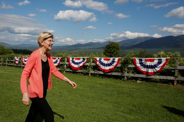 2020 Democratic U.S. presidential candidate and U.S. Senator Elizabeth Warren (D-MA) walks over to voters during a town hall meeting in Franconia, New Hampshire, U.S., August 14, 2019. REUTERS/ Elizabeth Frantz