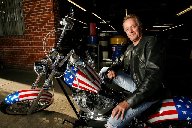 "FILE PHOTO: Actor Peter Fonda poses for a portrait on a replica of the ""Captain America"" bike in Glendale, California October 23, 2009.     REUTERS/Mario Anzuoni/File Photo"